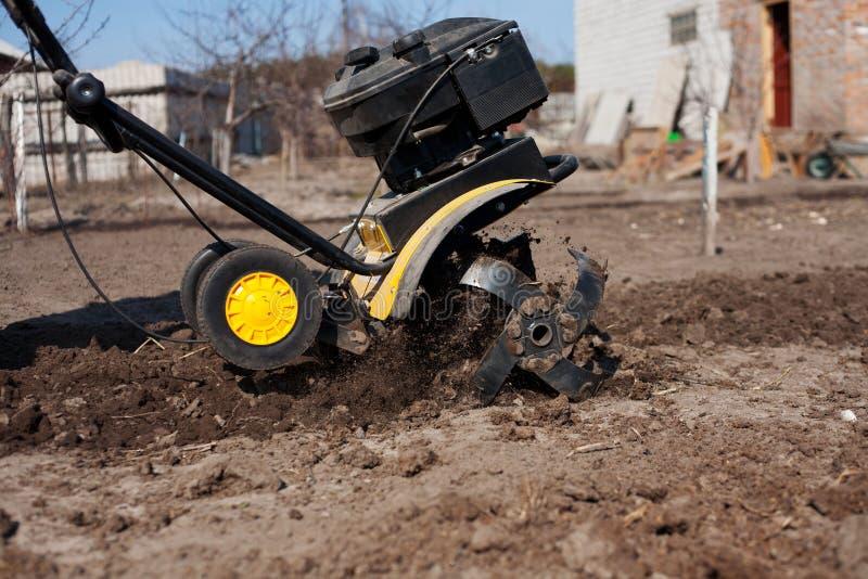 工作的庭院翻土机 免版税库存图片