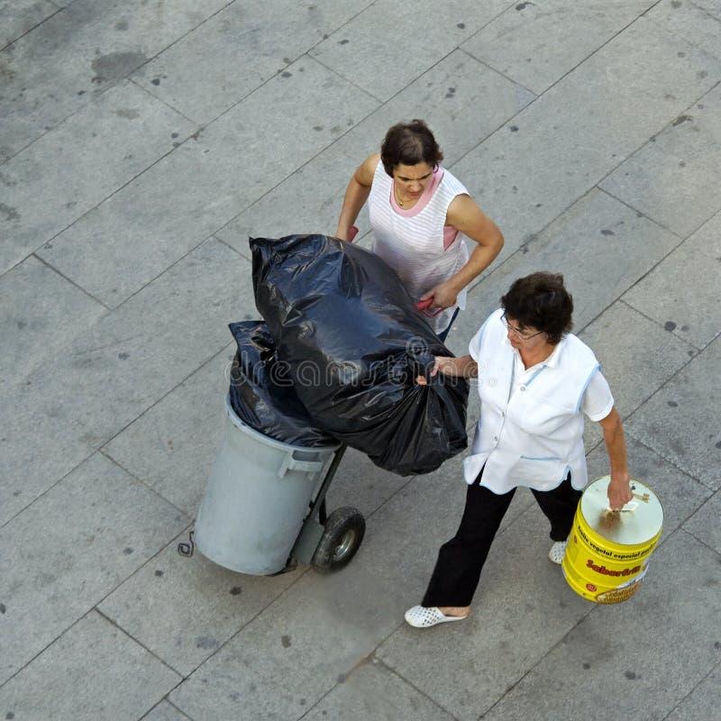 工作的清洁女仆鸟瞰图,葡萄牙 免版税图库摄影