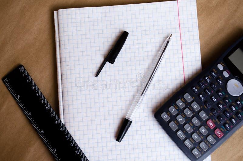工作的白色名单工作环境准备 工作场所的准备 记录的文本的办公室 o 免版税库存照片