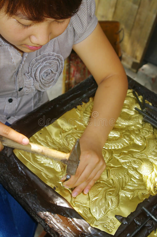 工作的铜打孔机 库存照片