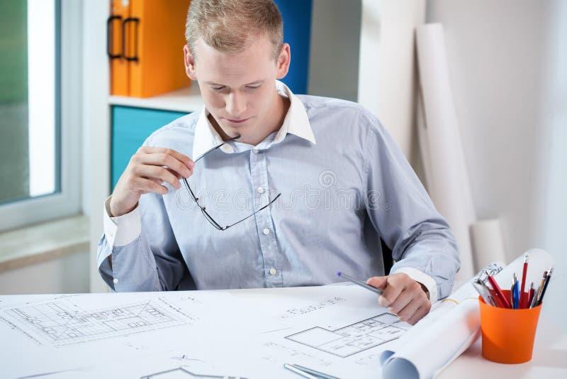 工作的年轻建筑师 免版税库存图片