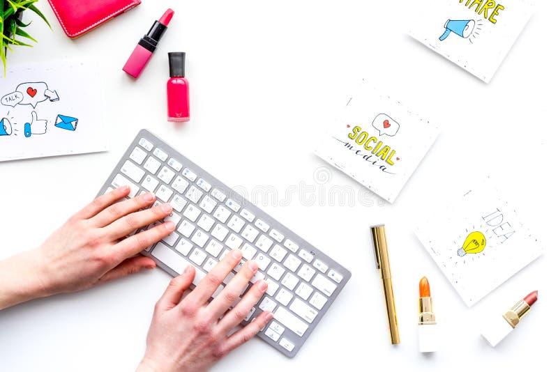 工作秀丽博客作者书桌有社会媒介象和化妆用品的在白色背景顶视图拷贝空间 库存图片