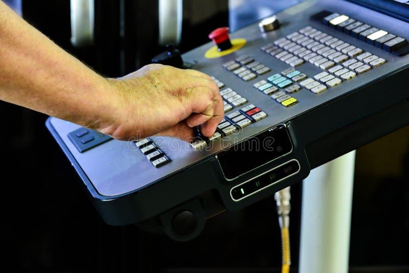 工作程序的控制板在精确度CNC机械中心,处理的控制板的manufac 库存图片
