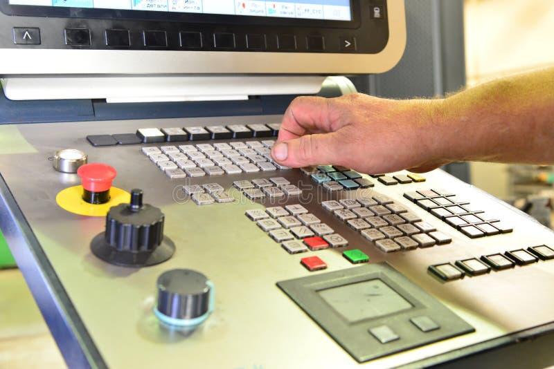 工作程序的控制板在精确度CNC机械中心,处理的控制板的manufac 免版税库存照片