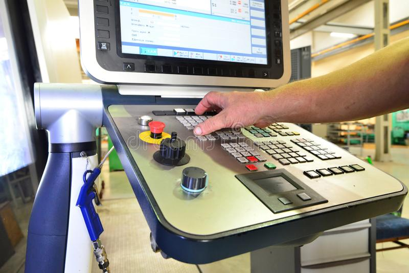 工作程序的控制板在精确度CNC机械中心,处理的控制板的manufac 免版税图库摄影