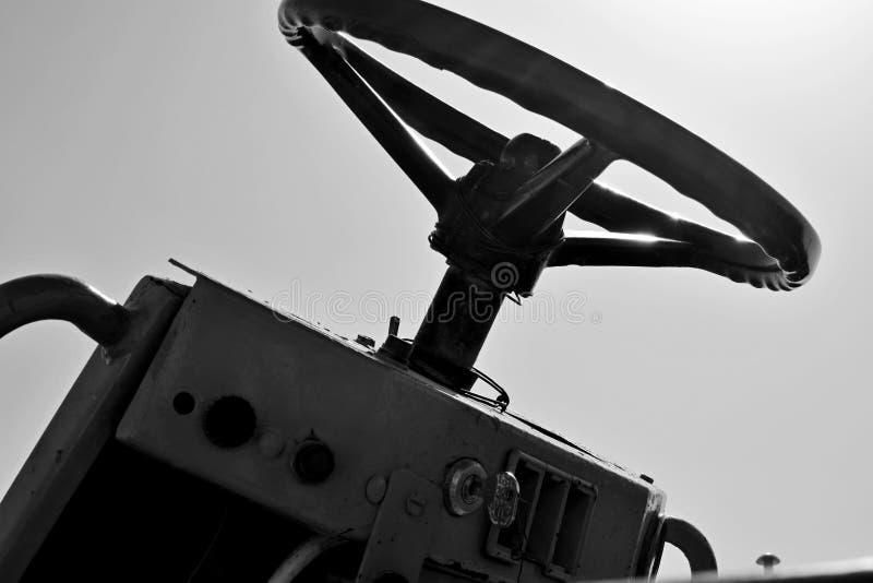 工作老和使用的倾销者机器老方向盘在建造场所 库存图片