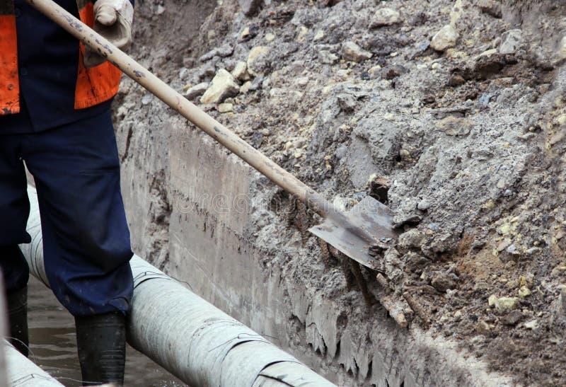 工作者一个渠道区域为混凝土板做准备并且创造箱子 免版税库存照片