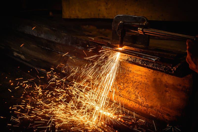工作者与乙炔焊切口的切口钢 免版税库存照片