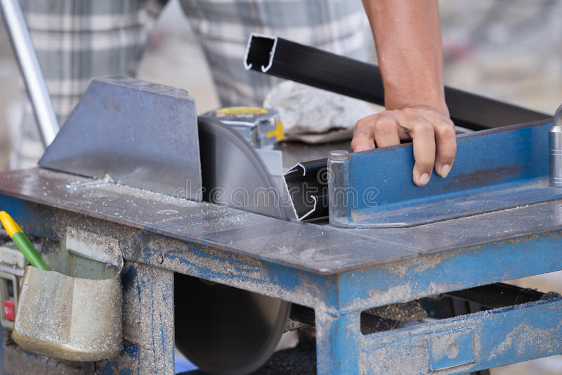 工作者与研磨机刀片的切口铝 库存照片