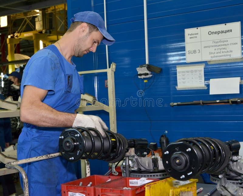 工作者为汽车选择贬值机架 装配车间  免版税库存照片