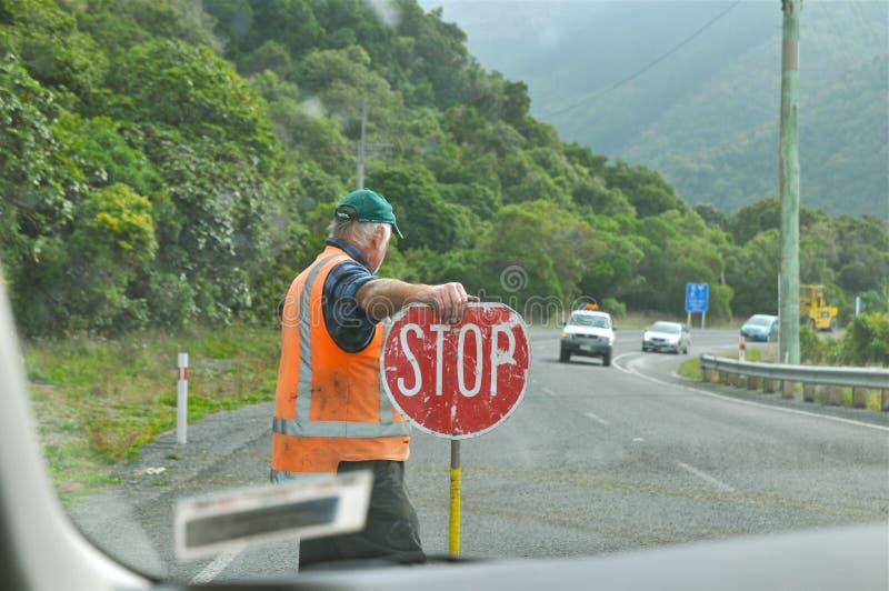 工作者举行在高速公路的停车牌 库存照片