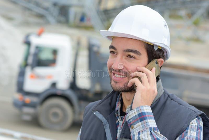 工作者交谈在智能手机 免版税图库摄影