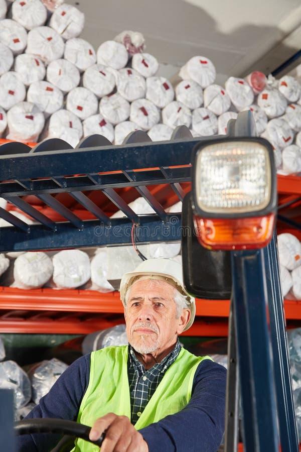 工作者作为在铲车的一个铲车司机 库存照片