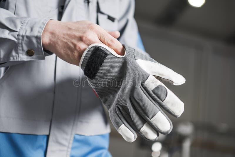 工作者佩带的手套 图库摄影