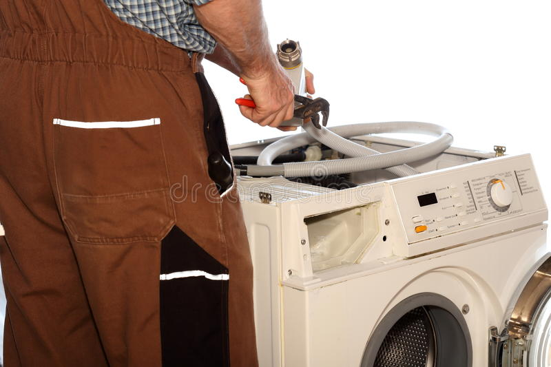 工作者修理衣裳洗衣机 免版税库存图片