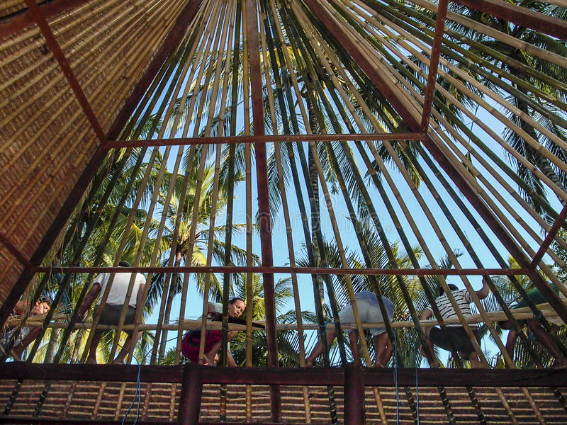 工作者修造一个竹屋顶在巴厘岛用传统方式 库存图片