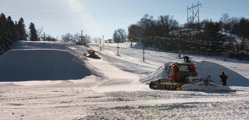 工作者修造滑雪领域的地形公园 免版税图库摄影