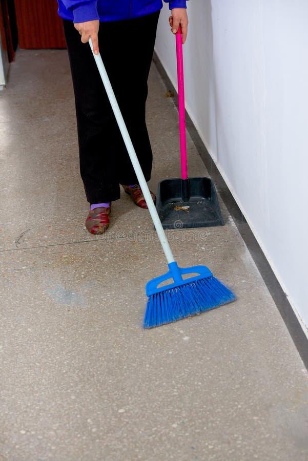 工作者做清洁办公室 免版税库存照片