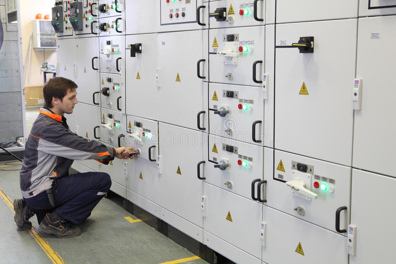 工作者做维护电机设备 免版税库存图片