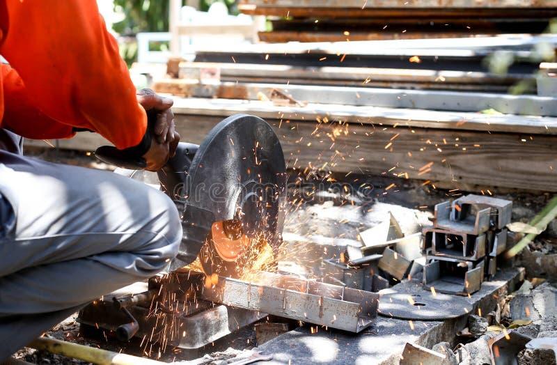 工作者切口金属与看见了盘 免版税库存图片