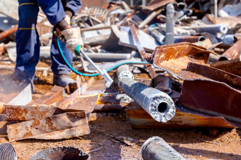 工作者切开与乙炔火炬的废金属 免版税库存图片