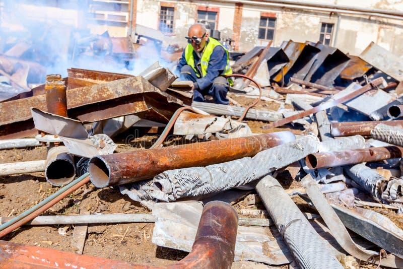 工作者切开与乙炔火炬的废金属 库存照片