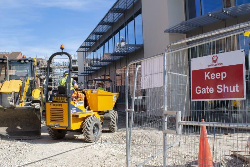 工作者和建筑机械新的格兰瑟姆戏院将打开的地方 免版税库存图片