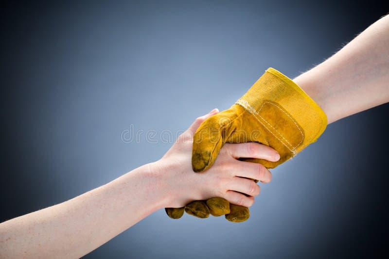 工作者和顾客握手 免版税库存图片