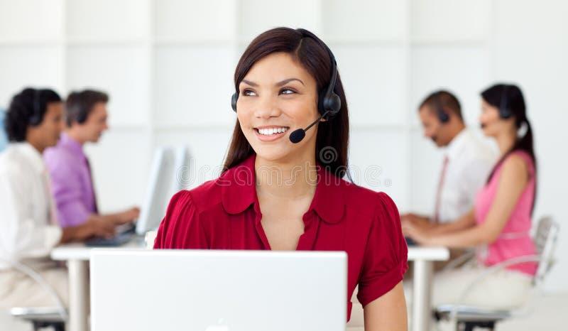 工作者在与听筒的一个呼叫中心 库存图片