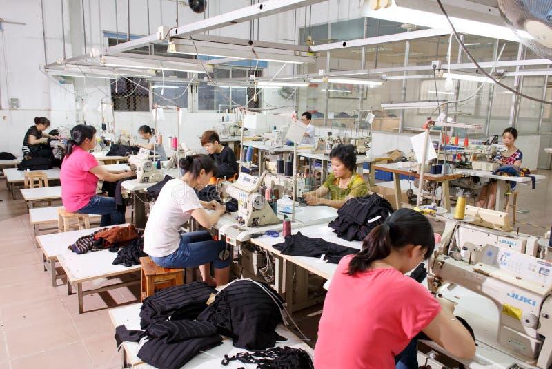 工作者在中国服装工厂 库存照片