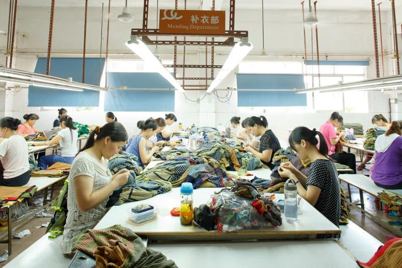 工作者在中国服装工厂 图库摄影