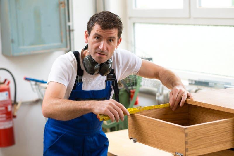 工作者在木匠的车间 库存照片
