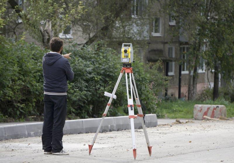 工作者在水平旁边站立 免版税库存图片