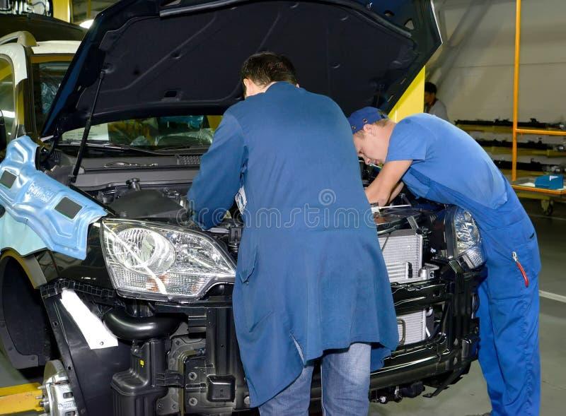 工作者在汽车的podkapotny空间登上细节 automatics 库存图片