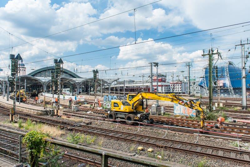 工作者在科隆/德国修造新的铁路轨道在Juni 2019年 库存图片