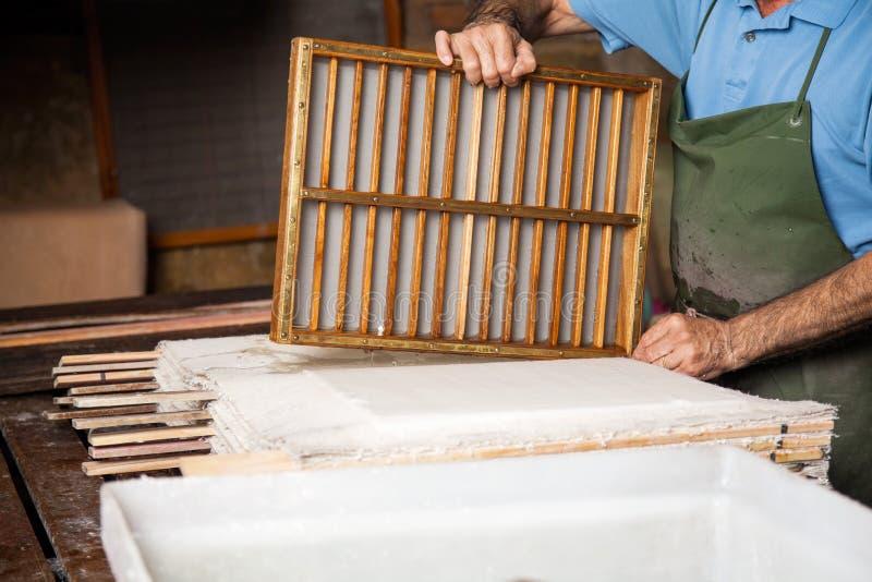 工作者在纸板料的藏品模子在工厂 图库摄影
