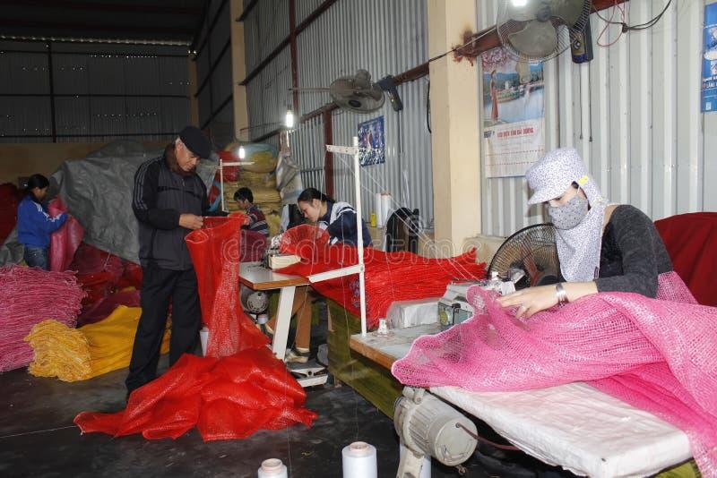 工作者在缝合的工厂 免版税库存照片