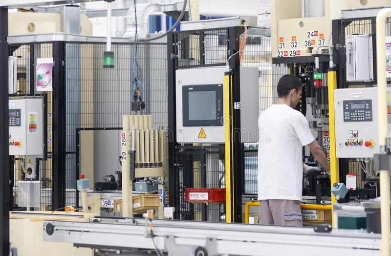 工作者在计算机化的工厂 库存照片