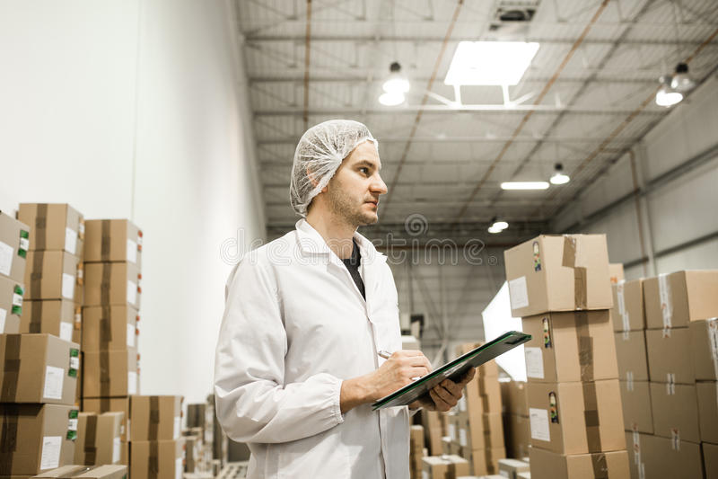 工作者在食品包装的仓库里 免版税图库摄影