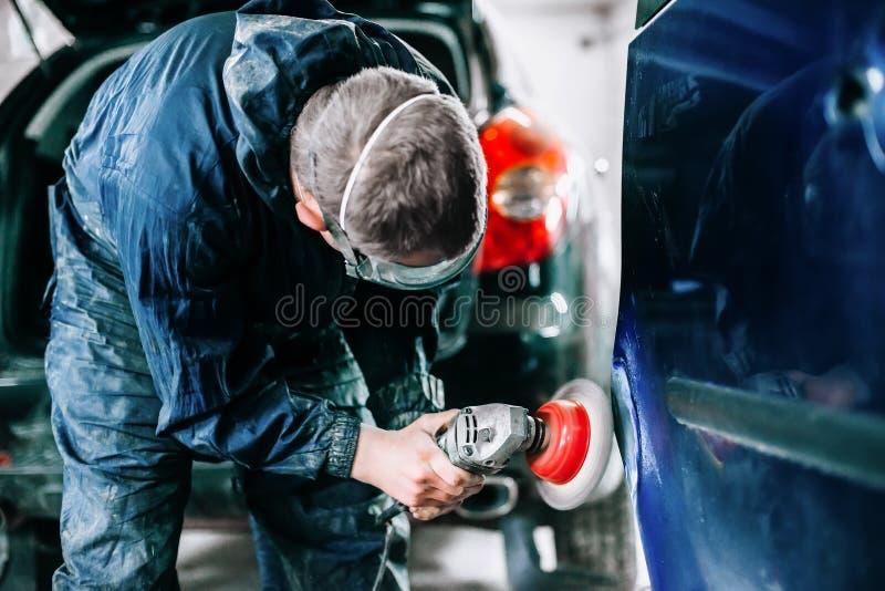 工作者处理车门的表面 库存图片