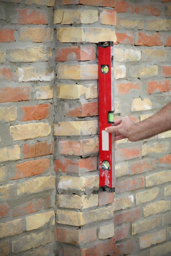 工作者大厦使用平实工具的砖墙 库存照片