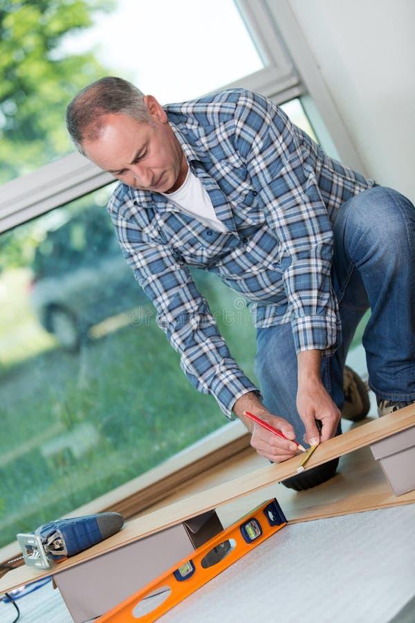 工作者安装层压制品的地板 库存照片