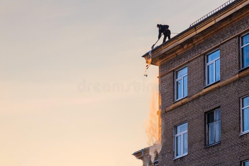 工作者投掷雪 库存图片
