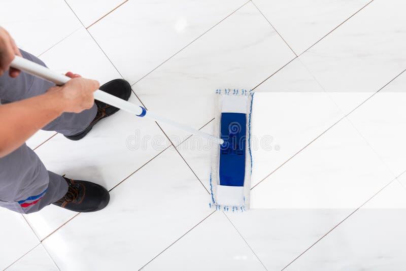 工作者擦的地板 图库摄影