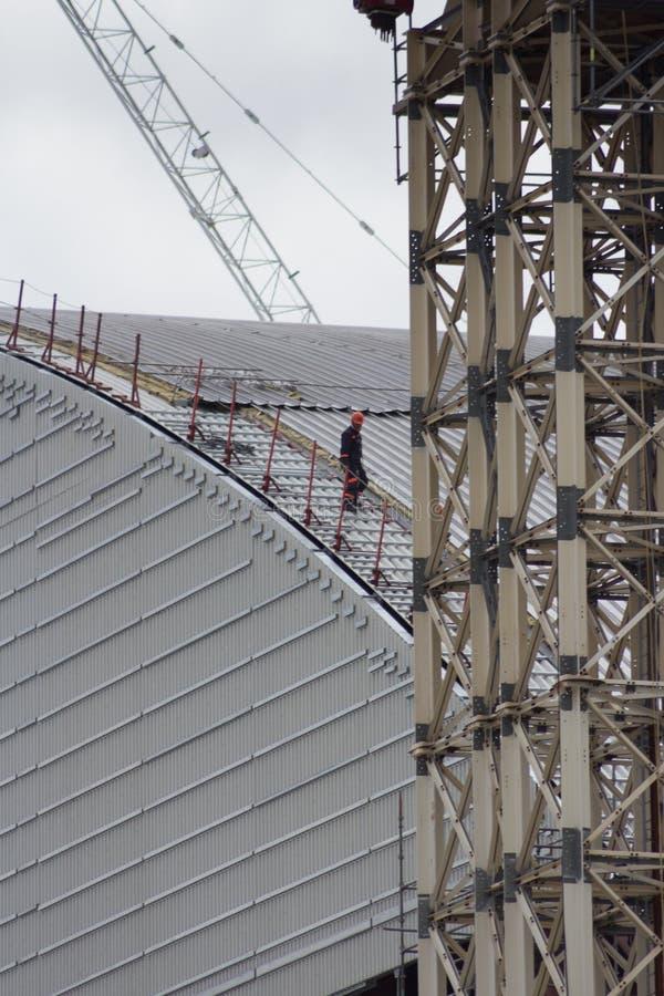 工作者步行沿着向下新的遏制风雨棚在Chernob 免版税库存图片