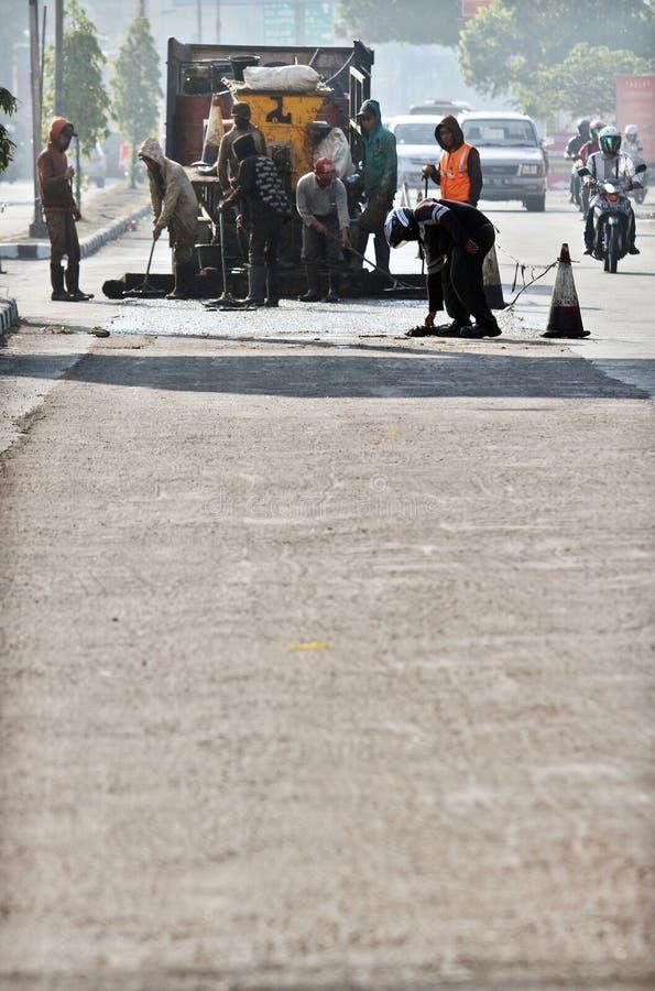 工作者沿路的完整修理 免版税库存照片