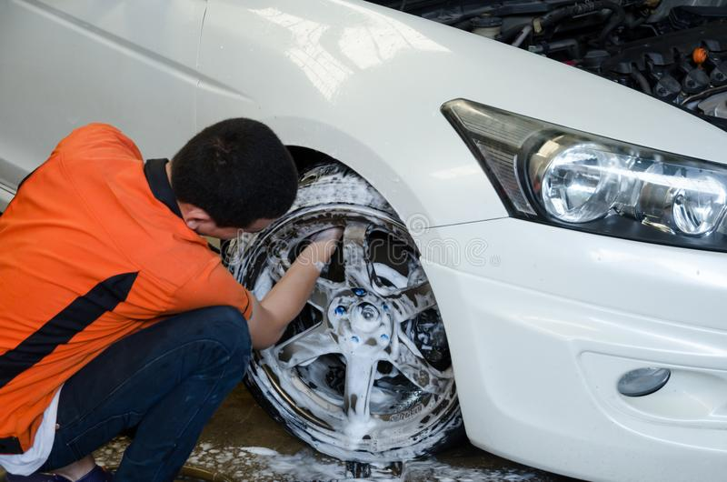 工作者洗涤的汽车` s合金轮子 库存照片