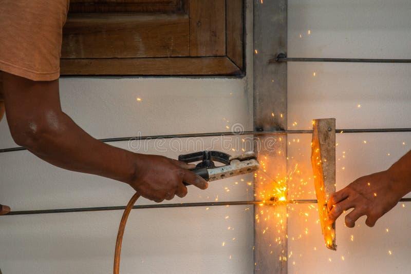 工作者焊接的铁棍 免版税库存照片