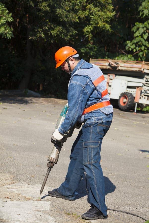 工作者用气锤钻子设备 免版税图库摄影