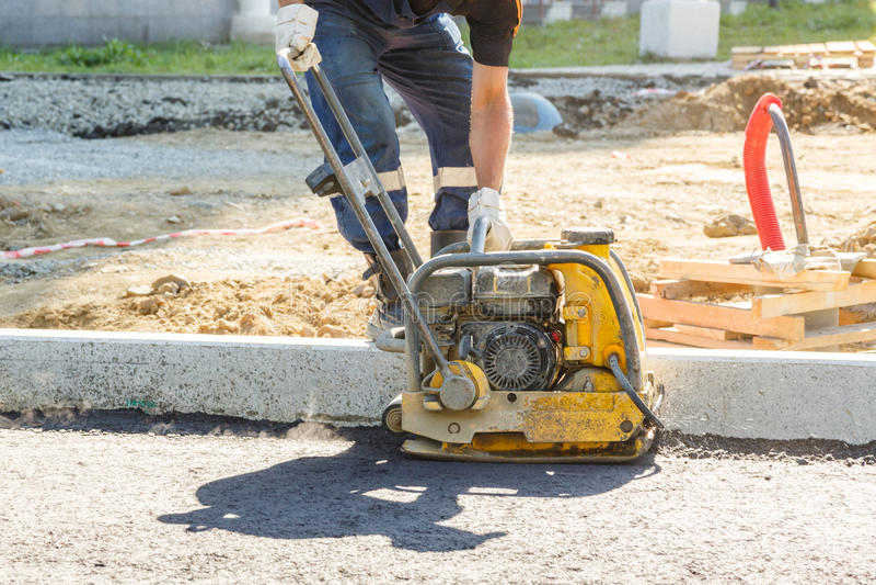 工作者用途振动的板材压紧机 免版税库存照片